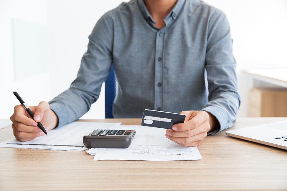 A pesquisa mostrou ainda que cada consumidor inadimplente tem em geral duas dívidas em aberto.