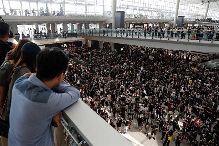 Um dia após o tráfego aéreo ser interrompido, o aeroporto de Hong Kong reabre e retoma check-ins.