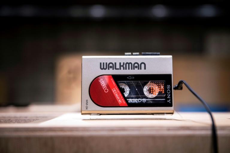 Um walkman WM-24 na exposição de comemoração aos 40 anos, em Tóquio.