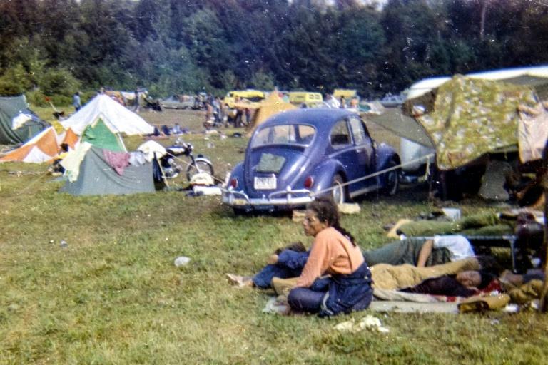 Jovens acampam no Festival de Woodstock, que completa 50 anos