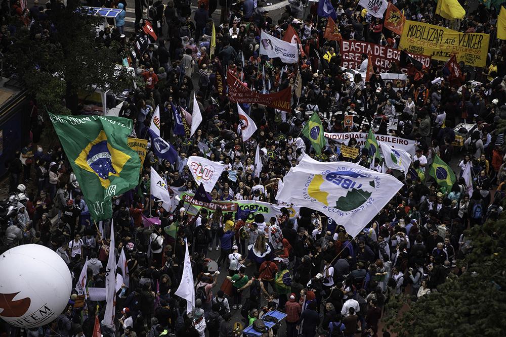 Manifestantes se reúnem em mais um ato contra os cortes na educação na Avenida Paulista, região central de São Paulo, na tarde desta terça-feira (13).
