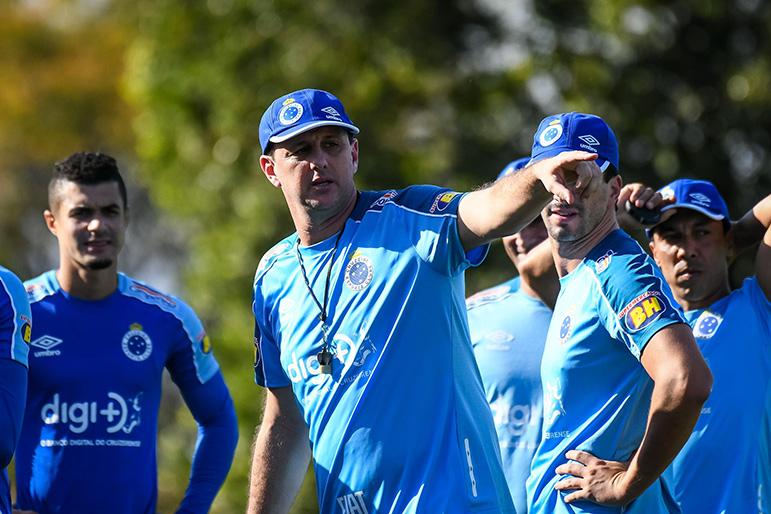 No primeiro treino, Ceni fez cruzamentos para os atacantes do Cruzeiro.