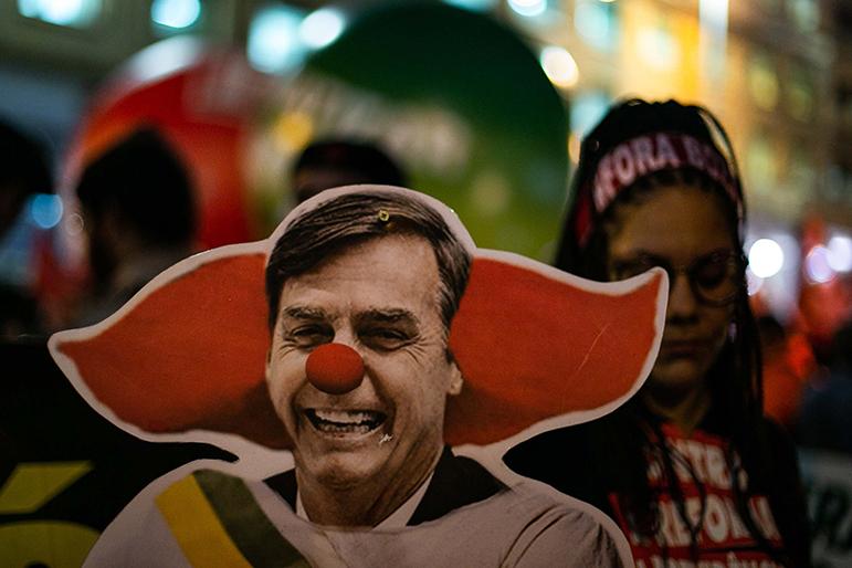 Protesto no Rio, na terça (13), contra os cortes de Bolsonaro na educação. Para o professor Oliver Stuenkel, não é inteligente atacar o candidato que deve ganhar.