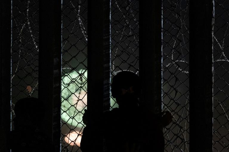 A decisão foi tomada após denúncias de más condições higiênicas e doenças em centros de detenção para imigrantes.