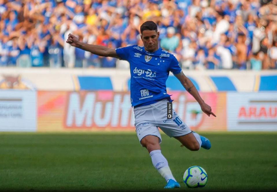 O Cruzeiro explorou a vantagem numérica e passou a pressionar o Santos no campo de defesa.