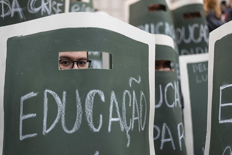 Na semana passada, terça (13), milhares de estudantes foram às ruas contra os cortes na educação.