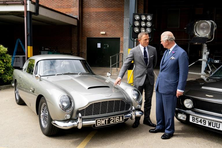 (Junho) O ator Daniel Craig (e) recebe o príncipe Charles durante filmagens do 25º longa de