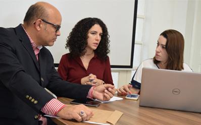 Professor André Luiz Lopes, Paula Castro e Luana do Amaral. (Rômulo Ávila/Dom Total)