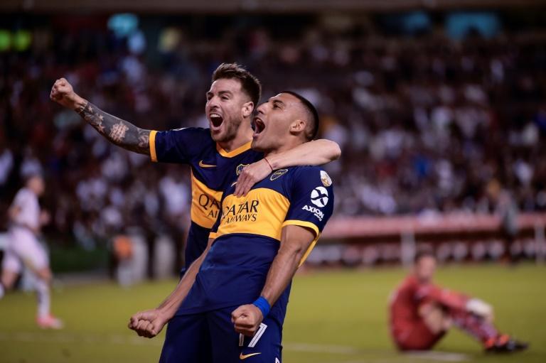 Ramón Ábila comemora um gol para o Boca Juniors com Julio Buffarini diante da LDU, em Quito
