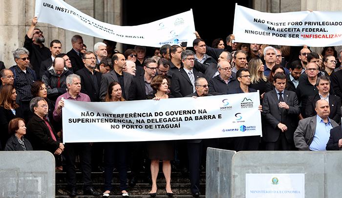 Em protesto no Rio, auditores fiscais criticam os ataques à Receita Federal e a tentativa do presidente Jair Bolsonaro de interferir em postos do órgão no Rio.