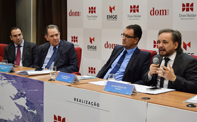 Professores da Dom Helder e convidados recebem o ministro João Otávio de Noronha (centro), presidente do STJ. (Patrícia Azevedo/Dom Total)