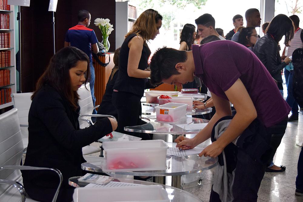 Credenciamento dos participantes e entrega de material.