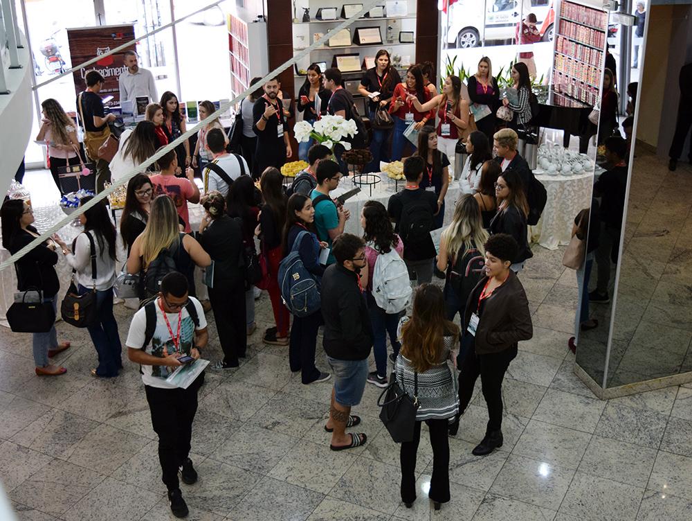 Participantes do seminário são recebidos com café mineiro no hall da Dom Helder.