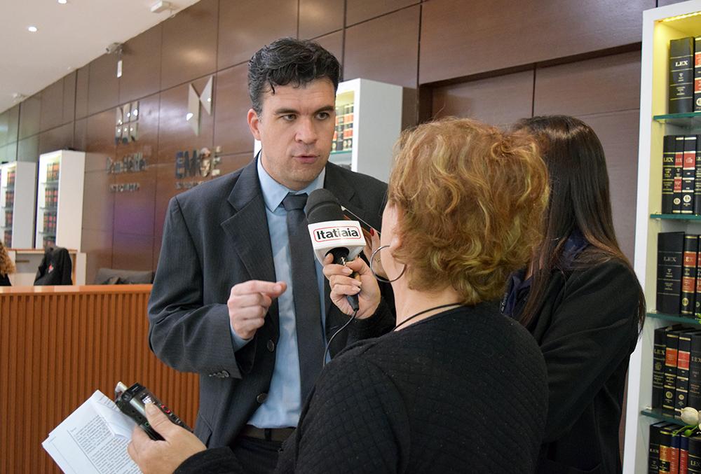 Professor Marcelo Kokke, da Dom Helder, concede entrevista à rádio Itatiaia.