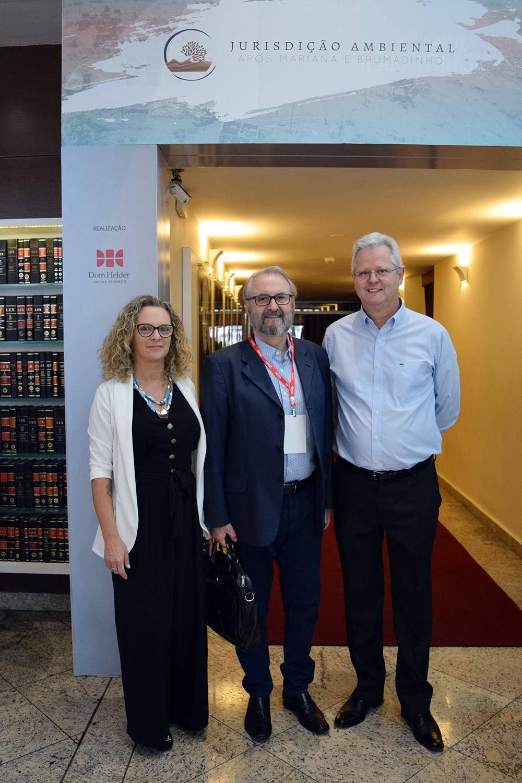 Professores Cácia Stumpf, pró-reitora administrativa, José Cláudio Junqueira, da pós-graduação, e Francisco Haas, pró-reitor de extensão da Dom Helder.