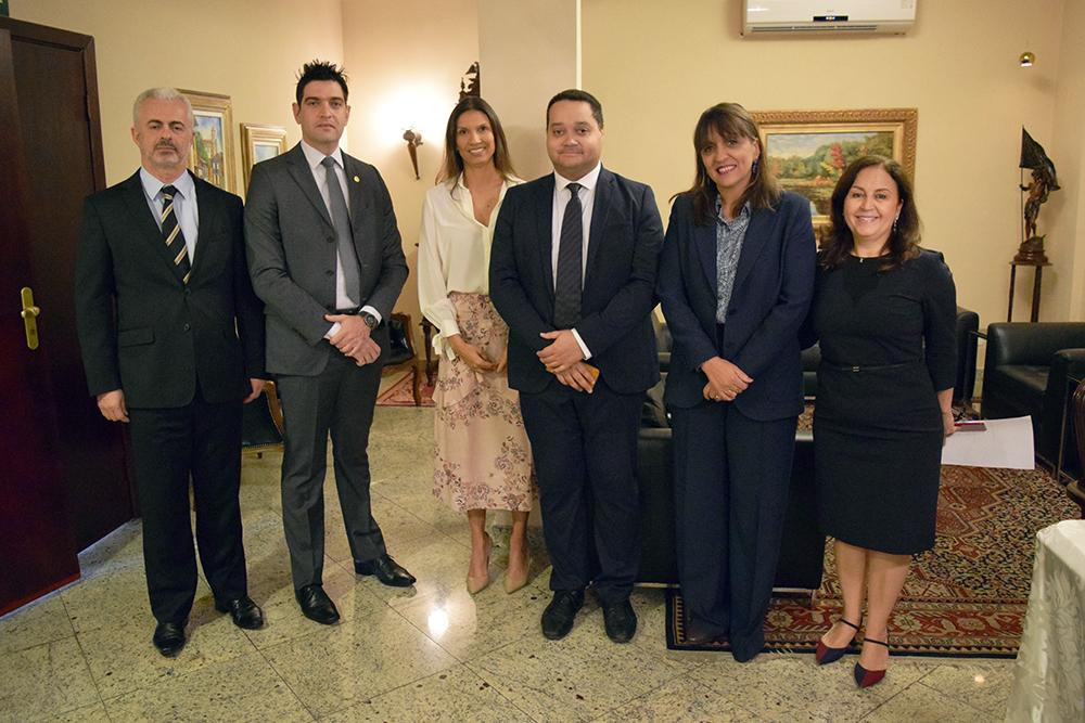 Professora Beatriz Costa (direita), pró-reitora de pesquisa da Dom Helder, recebe convidados do seminário.
