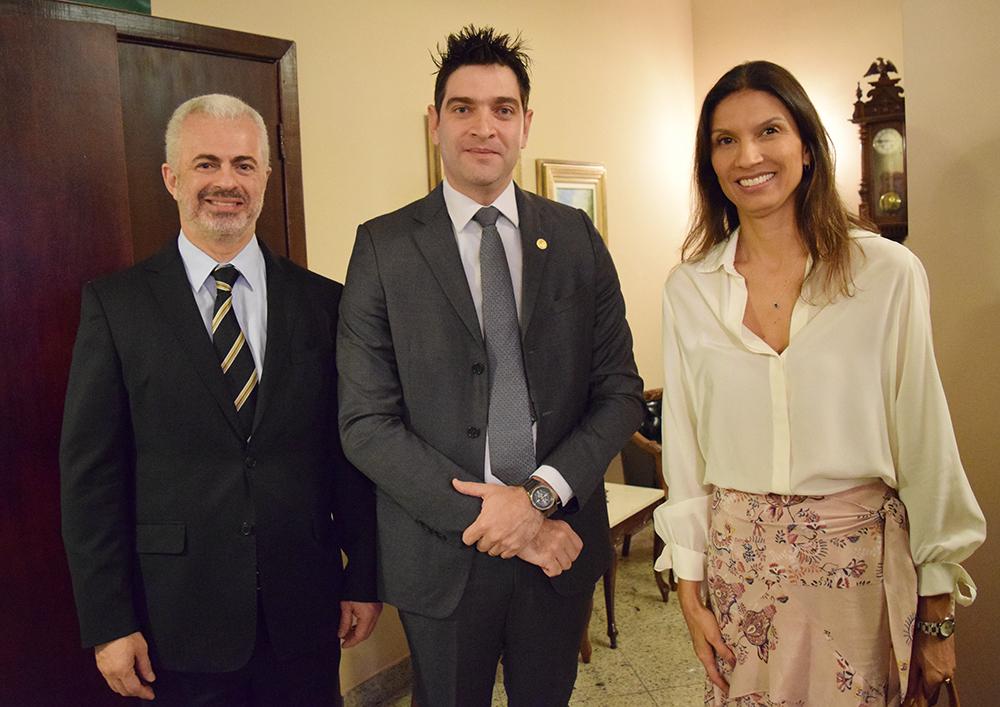 Professor José Carlos Machado, Mário Franco Júnior, juiz federal, e Raquel Costa Dias, chefe de Gabinete da Defensoria Pública.