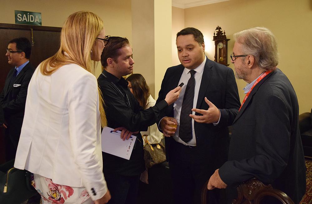 Jornalista Thiago Ventura entrevista professor Aurélien Lorange, da Universidade de Ciências Aplicadas de Haia.
