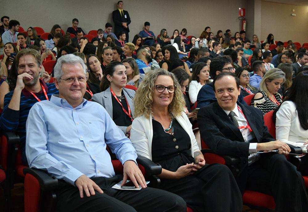 Professores Francisco Haas, pró-reitor de extensão da Dom Helder, Cácia Stumpf, pró-reitora administrativa, e José Antônio Sousa, pró-reitor de pesquisa da EMGE.