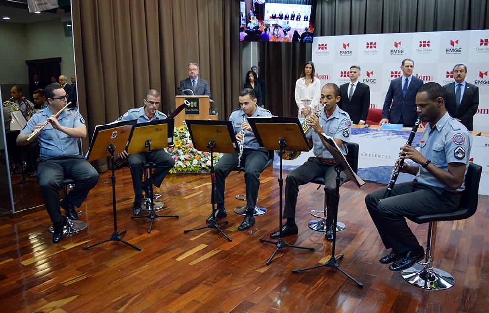 Quinteto de sopros do Corpo de Bombeiros executa o hino nacional.