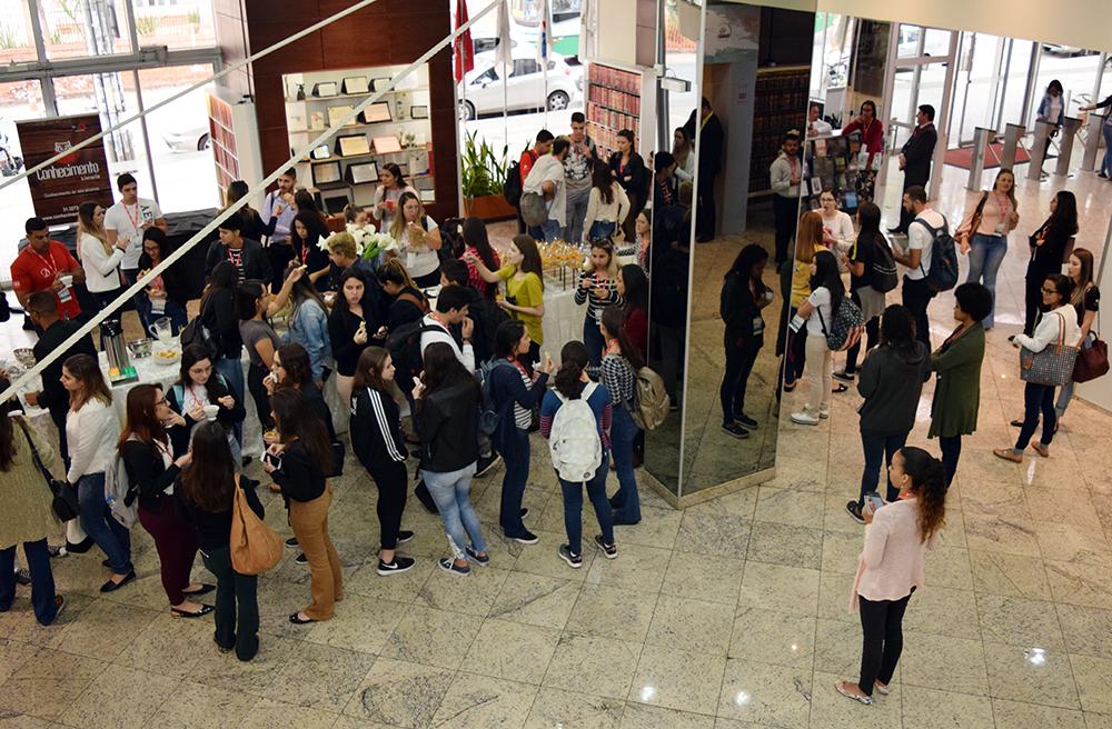 Participantes são novamente recebidos com café mineiro no hall da Dom Helder.