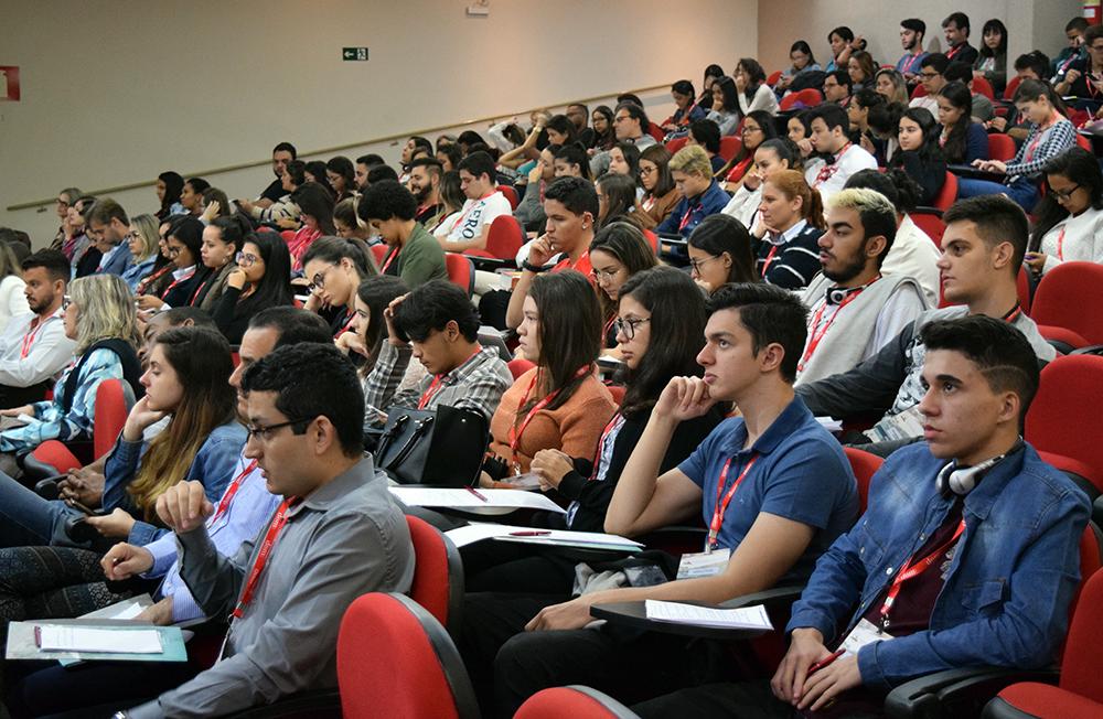 Professores e alunos da Dom Helder acompanham os debates.