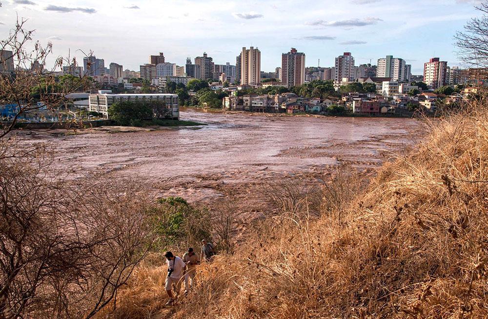 Rio Doce, em Governador Valadares, atingido pela lama da Samarco/BHP: moradores podem receber indenização bilionária.