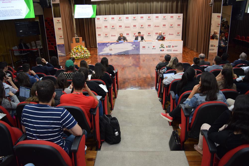 Professores, alunos e participantes externos durante o seminário.