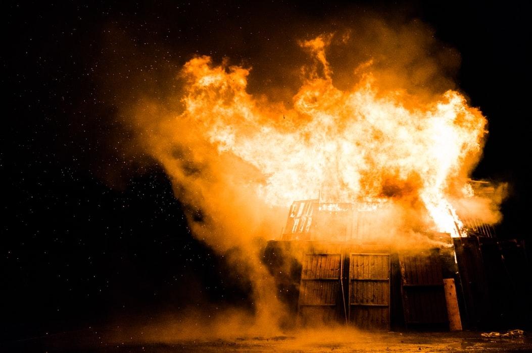 As chamas foram altas e estalaram uma redenção impossível.