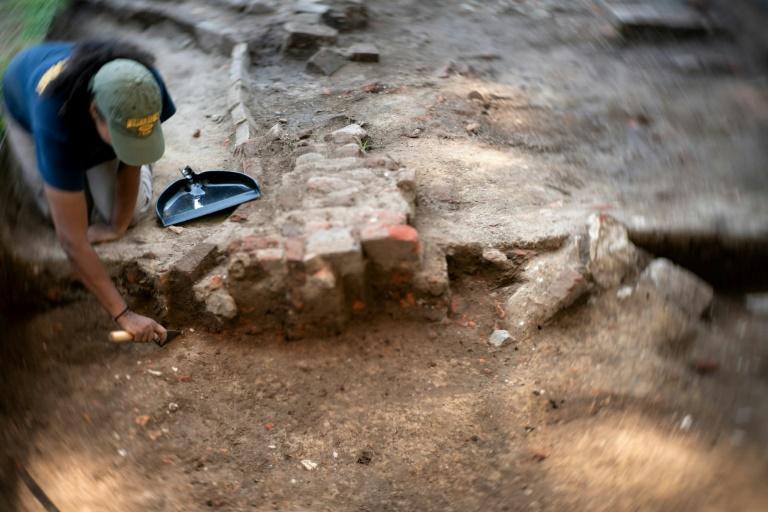 A arqueóloga Charde Reid trabalha em uma  escavação em Jamestown, Virgínia, associada a Angela, que segundo historiadores é a primeira mulher africana documentada na Virgínia.