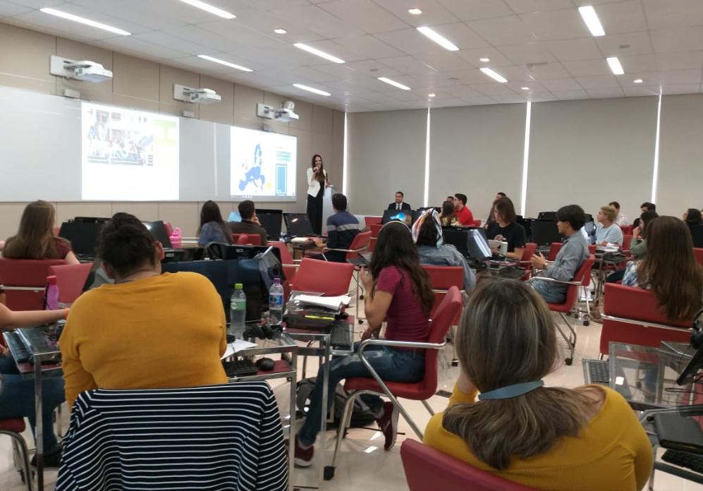 Professora Lorena Bastianetto realiza a abertura do curso.