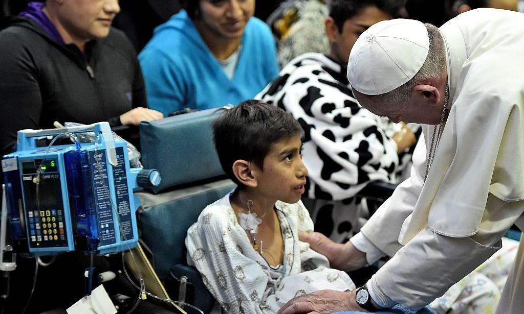 Papa Francisco conversa com crianças doentes no Hospital Infantil Federico Gómez na Cidade do México, 14 de fevereiro de 2016.