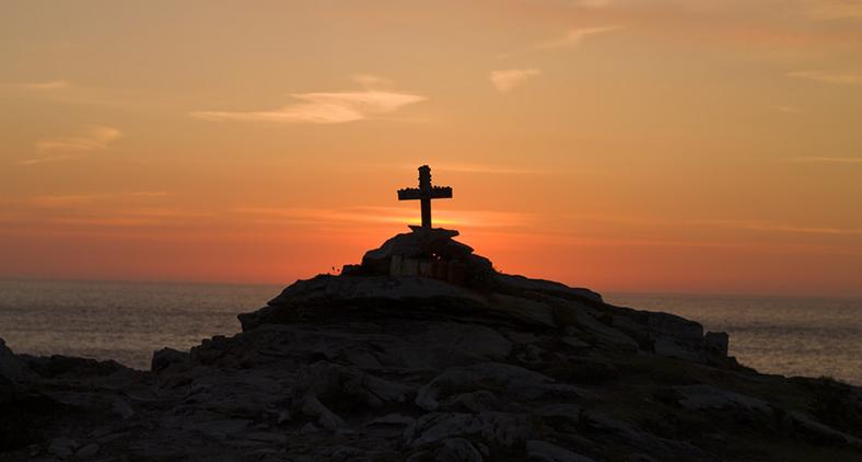 Amar a mensagem da cruz implica em se engajar no mundo visando a sua transformação e a geração de vida. (Samuel McGarrigle/ Unsplash)
