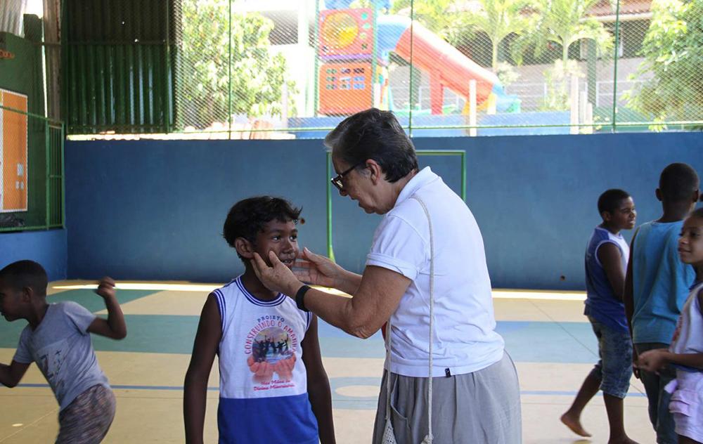 Irmã Teresinha Mendes atua na Bahia com projetos sociais para crianças interpelada pelo rosto de Cristo naquele que sofre, exemplo de solidariedade cristã.