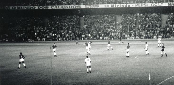Lance de Cruzeiro 6 x 2 Santos, no Mineirão, pela Taça Brasil de 1966.