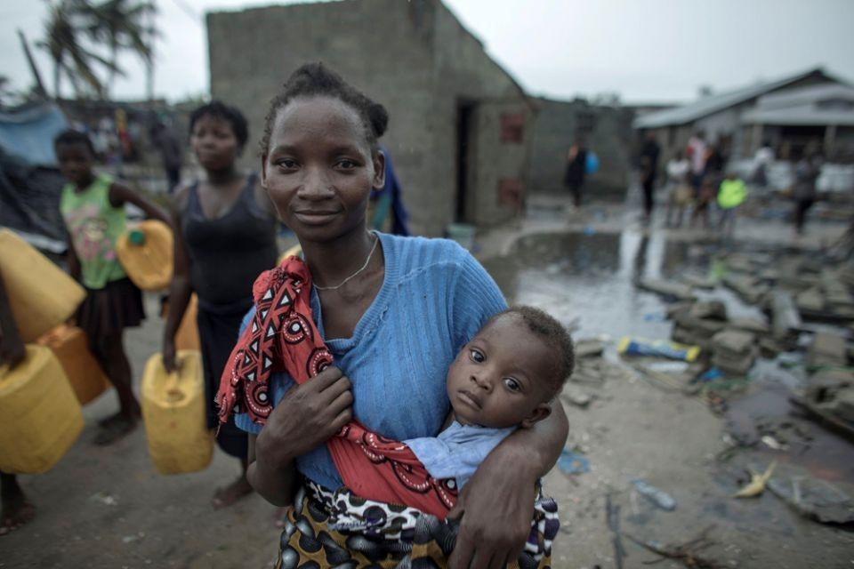 Mulher carrega uma criança no dia 17 de março após o Ciclone Idai na Beira, Moçambique.