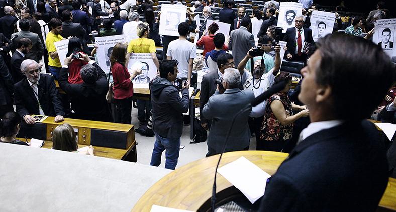 """""""Vocês vão ser torturados com algumas verdades aqui"""", disse Bolsonaro em 2014, ao tomar a palavra no Congresso para festejar os cinquenta anos do golpe. Deputados viraram as costas. (Antonio Augusto/ Acervo Câmara dos Deputados)"""