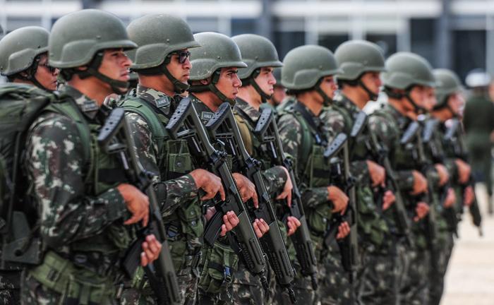 O uso de uniforme militar é regulamentado por legislação específica e seu emprego indevido é crime previsto no Código Penal Militar (CPM).