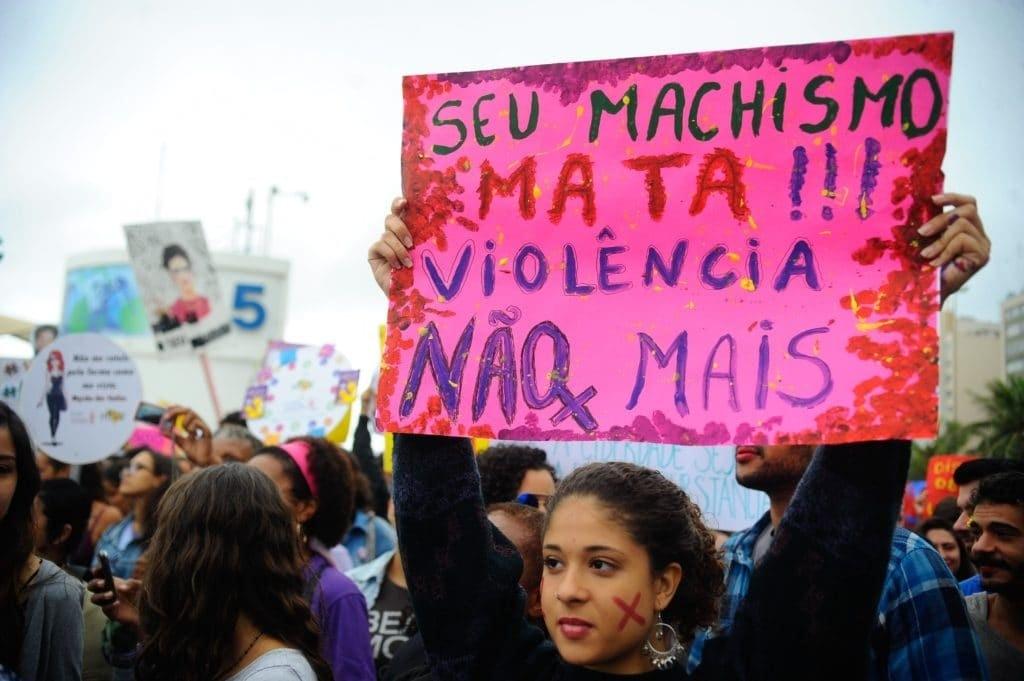 Mulheres protestam contra a violência no Rio de Janeiro.