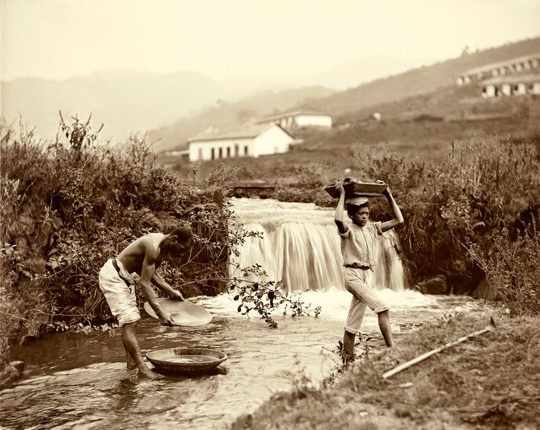 Para nós, ocidentais, a escravatura está ligada ao racismo. Foto de 1880 mostra mineração em Minas Gerais.