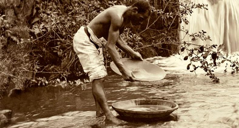 Para nós, ocidentais, a escravatura está ligada ao racismo. Foto de 1880 mostra mineração em Minas Gerais. (Marc Ferrez/IMS)