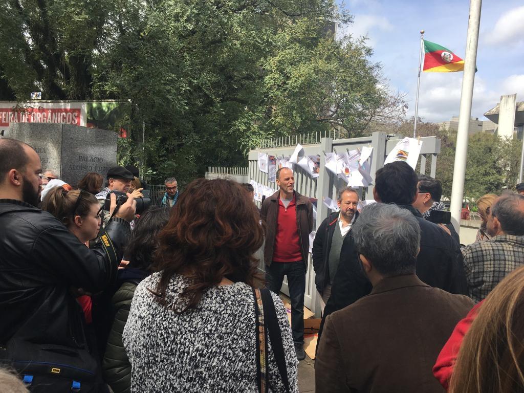 Durante o protesto dessa quinta, os trabalhos foram expostos em um varal improvisado junto ao portão do Legislativo