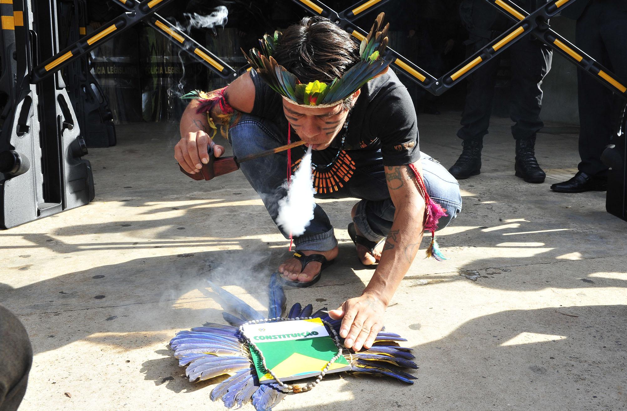 Bolsonaro ignora Constituição e ameaça direitos do indígenas