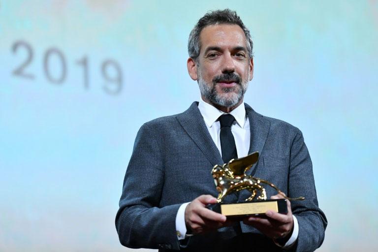 O cineasta americano Todd Phillips posa com o Leão de Ouro de melhor filme