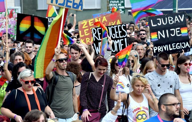 Mais de 2 mil pessoas desfilaram neste domingo em Sarajevo na primeira parada do Orgulho Gay organizada na capital bósnia