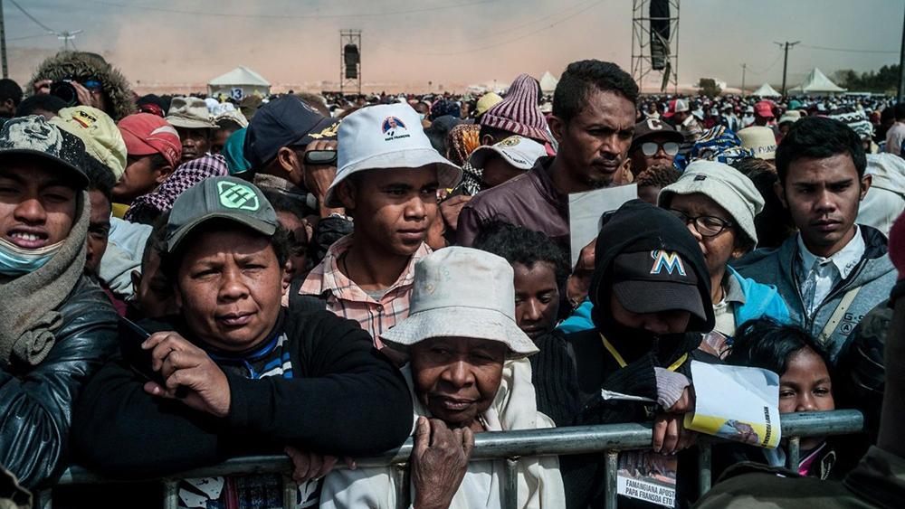 Durante missa em Madagascar, o papa Francisco condenou o que ele afirmou ser uma cultura de privilégios e corrupção que permite que pouquíssimos vivam na riqueza enquanto a grande maioria definha na pobreza.