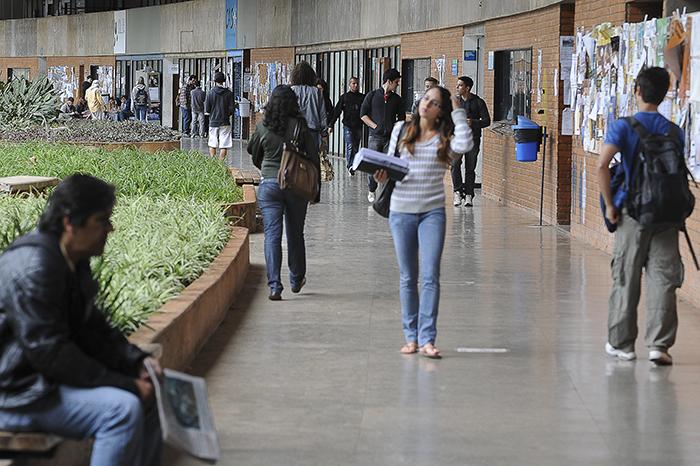 'Em países com as taxas de ensino mais altas, pelo menos 70% dos estudantes recebem bolsas ou empréstimos estudantis', aponta a OCDE.