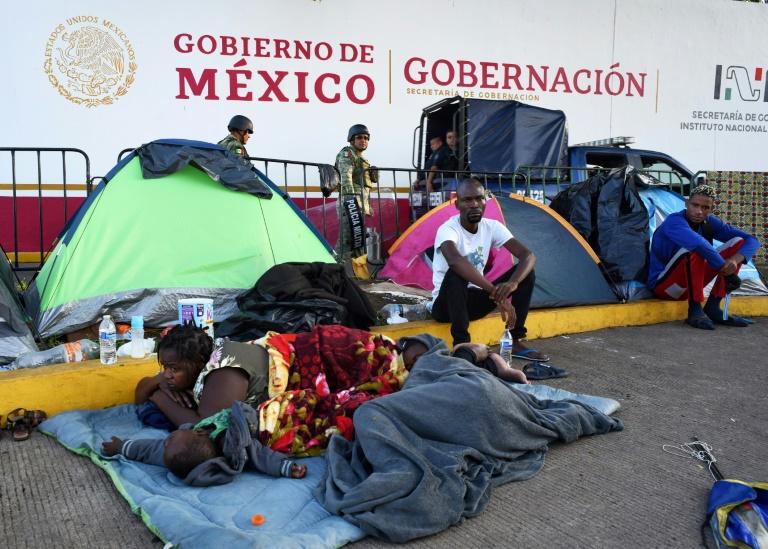 Migrantes africanos descansam em Tapachula, no México, enquanto aguardam vistos humanitários que lhes permitem mudar para os EUA.