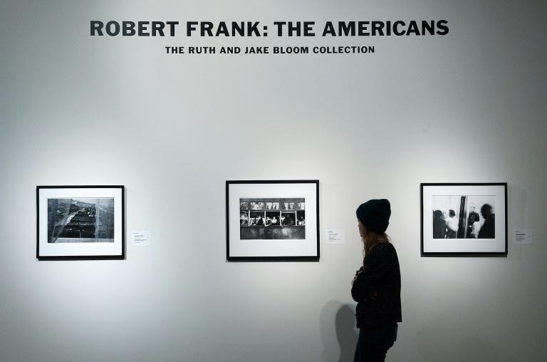 Robert Frank ficou famoso com seu álbum 'The Americans' (1958), um livro de fotos que capturam o 'American way of life' e influenciou gerações.