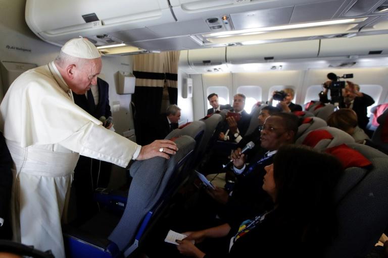 Francisco conversa com jornalistas durante o voo